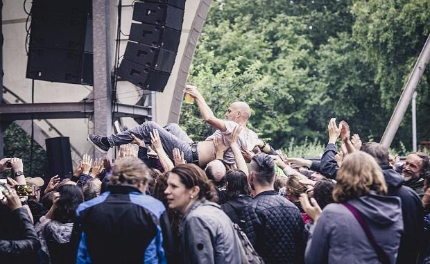 Crowdsurfen geht auch bei kleinerer Kulisse: The-Jinxs-Sänger Torsten Schacht wurde zwar nicht bis zur Getränkebude getragen, bekam aber trotzdem ein frisches Bier. (Bild 4)