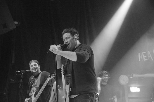 Sänger und Gitarrist Matty Lewis und Bassist Ben Osmundson amüsieren sich. Stolz demonstrieren sie, welche versauten deutschen Wörter sie bei ihren vielen Deutschlandkonzerten gelernt haben. (Bild 5)