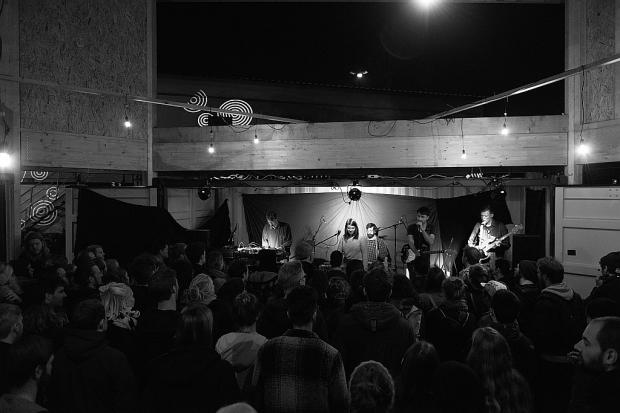 """""""Pech"""" live am Freitag, dem 13.Oktober: Open Water Collective präsentierten ihr neues Album in einer besonderen Kulisse beim Platzprojekt in Hannover-Linden. Foto (c) Constantin Rimpel (Bild 3)"""