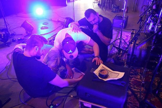 Schnittstelle Live-Sound und Recording: David, Jannis und Kaya bei Vorbereitungen. (Bild 3)