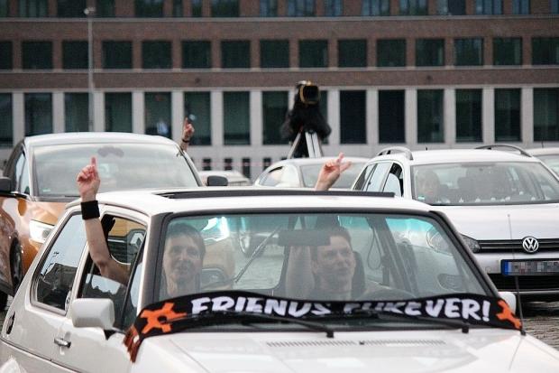 Fenster auf, Arm raus: So sieht Publikumsbeteiligung bei einem Autokonzert aus.  (Bild 4)