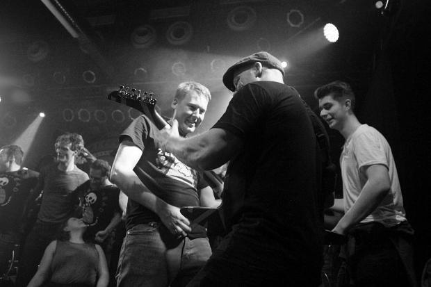 Luftgitarre meets E-Gitarre: Dan Palmer auf Tuchfühlung mit den Fans auf der Bühne. (Bild 3)