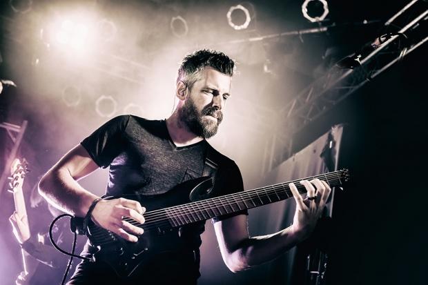 Richard Henshall, einer der beiden Haken-Gitarristen bei der Show im MusikZentrum Hannover (Bild 4)
