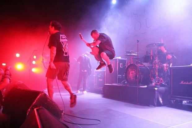 STYG-Gitarrist Christ Rawson in der Luft. (Bild 5)