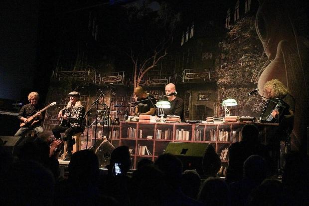 Der Abend begann mit einem in sich geschlossenen SAGA-Akustik-Konzert (Bild 2)