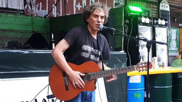 Freestyle-König Der Flotte Totte entfacht mit seinen Songs beim Publikum vor der Heimatzoo-Hofbühne einen Sitz-Pogo. (Bild 3)