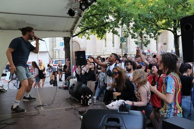 Anjoni auf der Hip-Hop-Bühne in Aktion. (Bild 3)