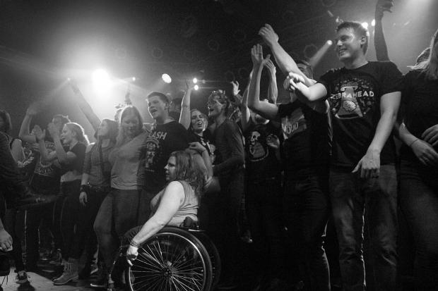 """Party auf der Bühne. """"Plötzlich waren da einfach mal 50 bis 100 Leute auf der Bühne – es war cool!"""", sagt Gitarrist Dan. (Bild 2)"""