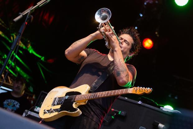 NOFX zeigten sich musikalisch facettenreich, da ist auch Platz für eine Trompete. (Bild 5)