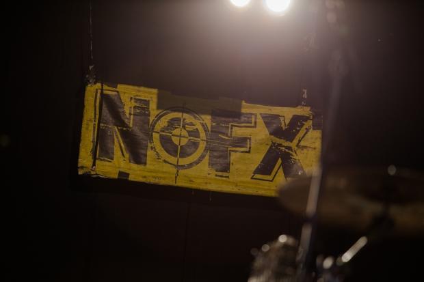 Statt eines großdimensionierten Backdrops, wie sonst bei Headlinern üblich, blieben NOFX bescheiden. (Bild 6)