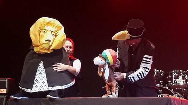 Wie bekommt man den müden König wieder zum Tanzen: Der Reggaehase Boooo versucht alles und schafft es schließlich auch. (Bild 2)