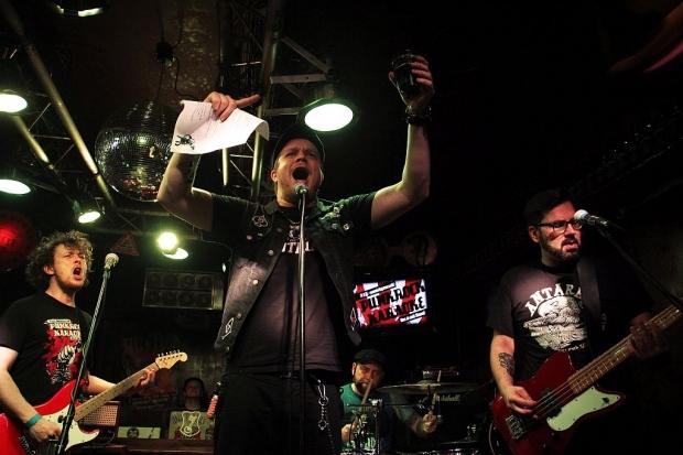 """Blick hinter die Kulissen von """"Punk-It-Yourself"""", der Punk-Rock-Karaoke mit Live-Band im Rocker. Aus der Hannover Szene machte auch Steven von Drunken ´n´Dangerous mit. Foto (c) Lisa Eimermacher (Bild 3)"""