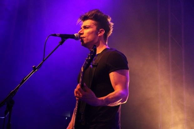 Kräftige Unterstützung: Ben Christo an der Gitarre. (Bild 6)