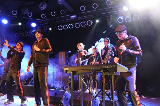 Disco-Funk und viel Groove zum Einstieg: Die Schlicktown Crew eröffnete die Show im MusikZentrum (Bild 4)
