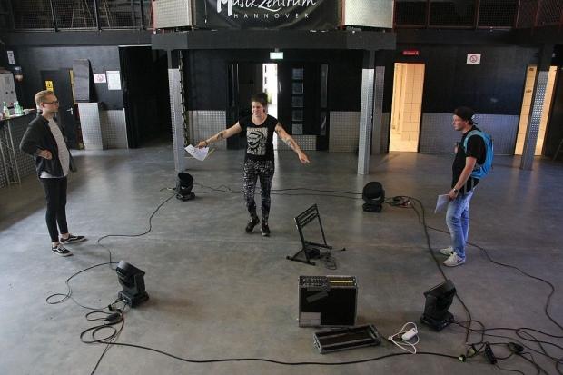 Aufbaubeginn mit Jens, Vivienne und Daniel von der Crew des MusikZentrums und d-zentral. (Bild 2)