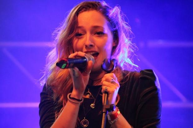 Die Band Volara rund um Frontfrau Julia Milena Scheeser heizte mit klassischem Rock, tollen Solis und energiegeladener Performance ein.  (Bild 4)