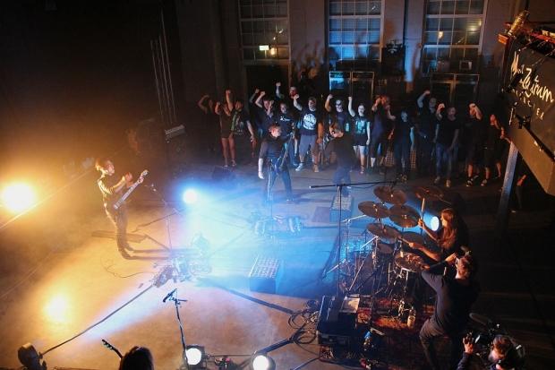 Band, Crew und Publikum im Einsatz: Der Live-Dreh läuft. (Bild 4)
