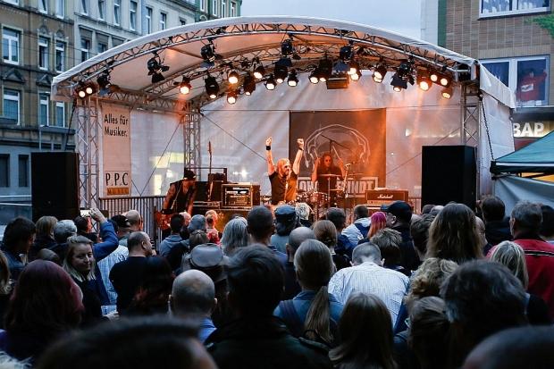Als sich der Tag dem Abend zuneigte war der Platz An der Strangriede gut gefüllt. Ohrenfeindt liefern ab. (Bild 2)