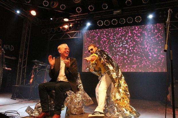 """Überraschung: Freddie-Mercury-Imitator Johnny singt """"We Will Miss You"""" auf der Abschiedsfeier für den ehemaligen Geschäftsführer Holger Maack. (Bild 3)"""