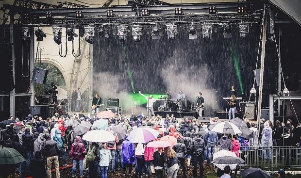 Trotz des lang anhaltenden Regens alles andere als trübe Stimmung beim Auftritt von The Jinxs (Bild 2)
