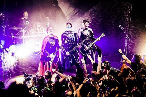Entschlossen mit Unterstützung ihres Battlechoir: Grailknights im MusikZentrum. (Bild 3)