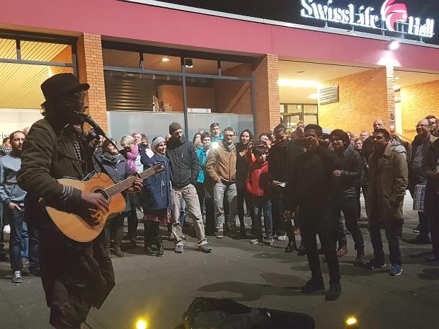 Spontanes, qualitativ äußerst postiv bemerkenswertes Straßenmusikkonzert spielte Frankie direkt im Anschluss an das Bob-Dylan-Konzert vor der Swiss Life Hall. Foto (c) Lisa Eimermacher (Bild 6)