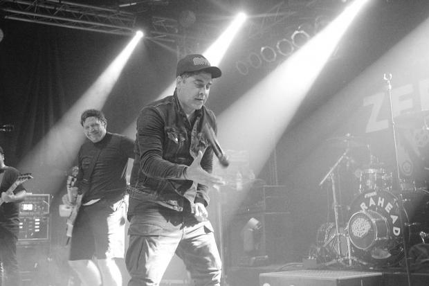 Punkrock-Partytrick: Ali macht den Mic-Flip. (Bild 4)
