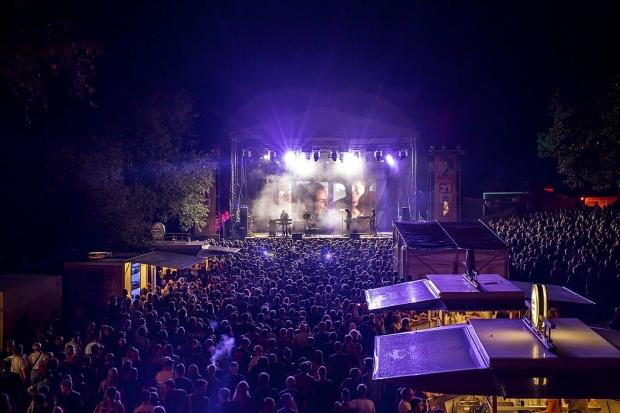 Traumhafte Kulisse: Die Fährmannsfest-Musikbühne beim Fährmannsfest-Spezial. (Bild 4)
