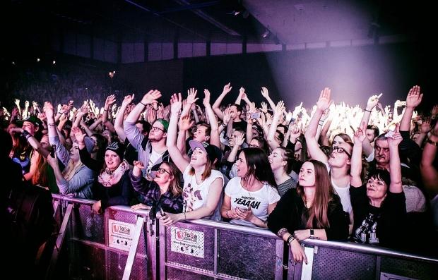 Meist mit den Händen in der Höhe: 5000 Fans feierten Marteria in Hannover. (Bild 3)